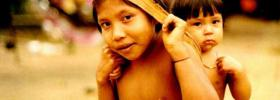 Crianças waimiri atroari. Foto: Sergio Bloch, 2000.